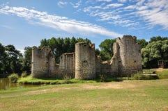 Ruina vieja del castillo en un día de verano Fotos de archivo libres de regalías
