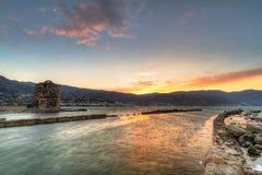 Ruina vieja del molino de viento en la bahía de Mirabello en Crete Imagenes de archivo