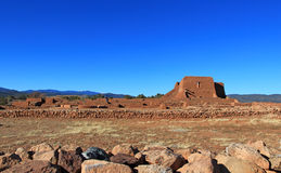 Ruina y yarda de la iglesia Fotos de archivo libres de regalías