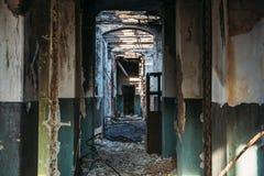 Ruinas abandonadas de la casa después del desastre, túnel, pasillo sin las puertas foto de archivo
