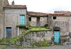 Ruinas abandonadas que se encuentran a veces en pueblos italianos Foto de archivo libre de regalías