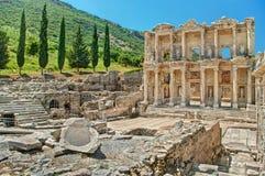 Ruinas antiguas de Ephesus en la ladera el día soleado Fotografía de archivo libre de regalías