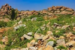 Ruinas antiguas de la señal india turística en Hampi imagen de archivo