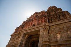 Ruinas antiguas de la señal india turística en Hampi Bazar de Hampi, Hampi, Karnataka, la India fotos de archivo