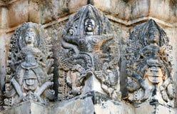 Ruinas antiguas del estuco del estilo del Hindú-Khmer de Garuda y de dioses hindúes en el Prang central de Wat Si Sawai en el Suk fotos de archivo libres de regalías