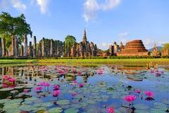 Ruinas antiguas del templo budista de la opinión escénica hermosa del paisaje de Wat Mahathat en el parque histórico de Sukhothai imagenes de archivo