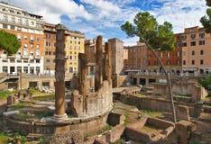 Ruinas antiguas en el Largo la Argentina. Roma. Foto de archivo
