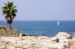 Ruinas antiguas en el mar del fondo fotografía de archivo