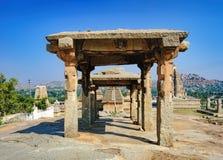 Ruinas antiguas en la colina de Hemakuta, Hampi, la India Imagen de archivo