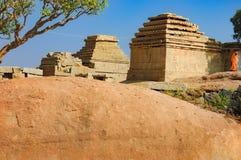 Ruinas antiguas en la colina de Hemakuta, Hampi, la India fotos de archivo libres de regalías