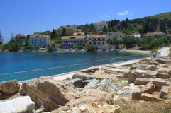 Ruinas antiguas en la costa griega de la isla Imágenes de archivo libres de regalías