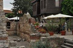 ruinas antiguas en Nessebar, cafés de la calle Imagenes de archivo