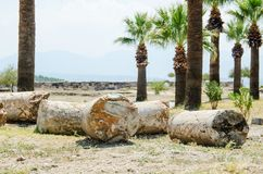 Ruinas antiguas entre las palmas fotos de archivo