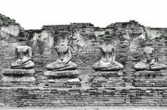 Ruinas antiguas quebradas de las estatuas de Buda en Wat Chaiwatthanaram en la ciudad histórica de Ayutthaya, Tailandia en el neg Foto de archivo libre de regalías