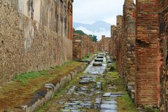 Ruinas antiguas y camino en Pompeya Fotos de archivo
