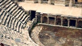 Ruinas circulares grandes del anfiteatro iluminadas almacen de metraje de vídeo