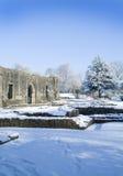 Ruinas cistercienses del monasterio de la abadía de Whalley en nieve Imagenes de archivo