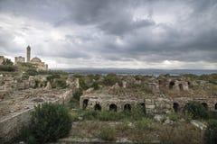 Ruinas con la opinión sobre la mezquita con el cloudscape dramático en el neumático, amargo, Líbano Foto de archivo