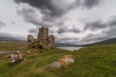 Ruinas de Ardvreck del castillo debajo del cielo de la tormenta, Escocia Fotos de archivo libres de regalías