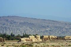 Ruinas de Gaochang con las montañas en el fondo Imagen de archivo libre de regalías
