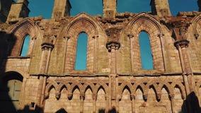 Ruinas de la abadía de Holyrood en Edimburgo, Reino Unido - granangular almacen de metraje de vídeo