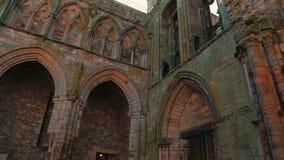 Ruinas de la abadía de Holyrood en Edimburgo, Reino Unido - primer almacen de metraje de vídeo