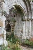 Ruinas de la abadía de Jervaulx enmarcadas en un arco Fotos de archivo libres de regalías