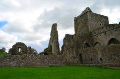 Ruinas de la abadía de piedra vieja en Irlanda Fotos de archivo libres de regalías