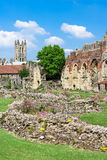 Ruinas de la abadía de StAugustines con la catedral de Cantorbery en el b Imagenes de archivo