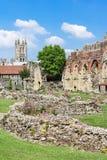 Ruinas de la abadía del St Augustines con la catedral de Cantorbery en el b Imagen de archivo libre de regalías