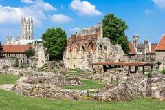 Ruinas de la abadía del St Augustines con la catedral de Cantorbery en el b Fotografía de archivo libre de regalías