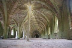 Ruinas de la abadía de las fuentes, con la cruz Fotografía de archivo libre de regalías