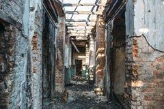 Ruinas de la casa del ladrillo quemado después del accidente del desastre del fuego Pasillo dentro, construyendo sin el tejado, c Foto de archivo