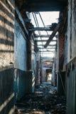 Ruinas de la casa del ladrillo quemado después del accidente del desastre del fuego Pasillo dentro, construyendo sin el tejado, c Foto de archivo libre de regalías