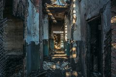 Ruinas de la casa del ladrillo quemado después del accidente del desastre del fuego Pasillo dentro, construyendo sin el tejado, m Imagen de archivo