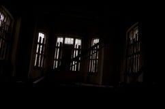 Ruinas de la casa dentro de asustadizo oscuro Fotografía de archivo