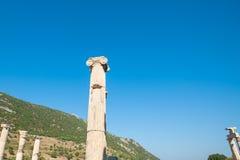 Ruinas de la ciudad antigua Ephesus, la ciudad del griego cl?sico en Turqu?a, en un d?a de verano hermoso foto de archivo