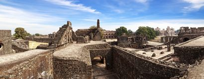 Ruinas de la configuración afgana en Mandu, la India imagenes de archivo