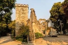 Ruinas de la falsificación en el parque público de Evora Foto de archivo