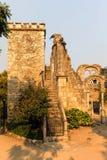 Ruinas de la falsificación en el parque público de Evora Imagen de archivo libre de regalías