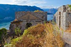 Ruinas de la fortaleza antigua sobre la ciudad de Kotor y la bahía de Kotor, Montenegro Imagen de archivo