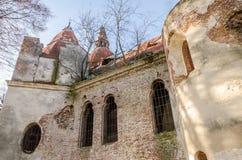 Ruinas de la iglesia de piedra vieja de las paredes arruinadas cuyo son los árboles Imagen de archivo