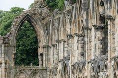 Ruinas de la iglesia del ` s de St Mary en York, Reino Unido, con los árboles en el fondo Fotografía de archivo