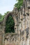 Ruinas de la iglesia del ` s de St Mary en York, Reino Unido, con los árboles en el fondo Fotografía de archivo libre de regalías