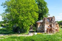 Ruinas de la iglesia en la fortaleza de Koporye Imagenes de archivo