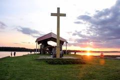 Ruinas de la iglesia en la isla Letonia del St Meinard ikskile en Daugava del río 26 de agosto de 2017 admitido foto Foto de archivo libre de regalías