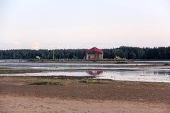 Ruinas de la iglesia en la isla Letonia del St Meinard ikskile en Daugava del río 26 de agosto de 2017 admitido foto Fotos de archivo libres de regalías