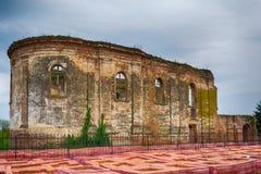 Ruinas de la iglesia ortodoxa servia del Espíritu Santo que fue construido en 1814 y quemó en la Segunda Guerra Mundial fotos de archivo