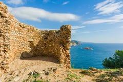 Ruinas de la opinión medieval de la torre y del mar Foto de archivo libre de regalías