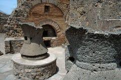 Ruinas de la panadería en Pompeii, Italia Foto de archivo libre de regalías